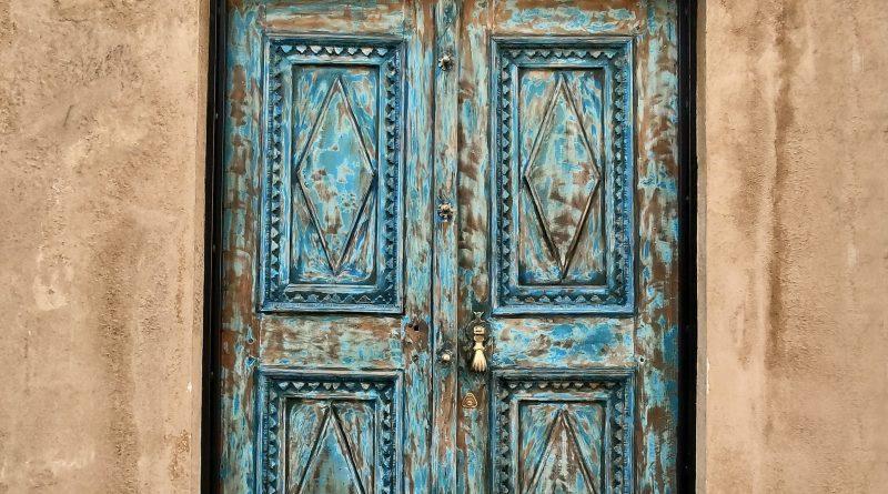 Renowacja starych drewnianych drzwi