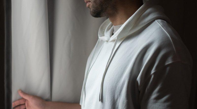 Jakie są popularne bluzy męskie w tym sezonie?